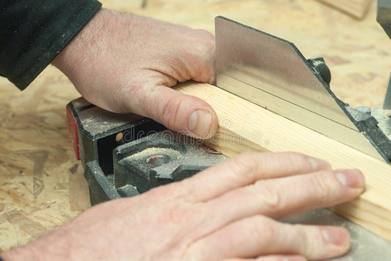 Funcionamiento, martillo, metro y destornillador del carpintero fotografía de archivo