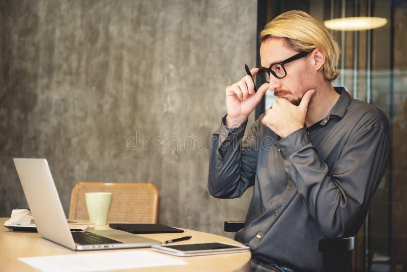 Funcionamiento masculino concentrado del diseñador foto de archivo libre de regalías