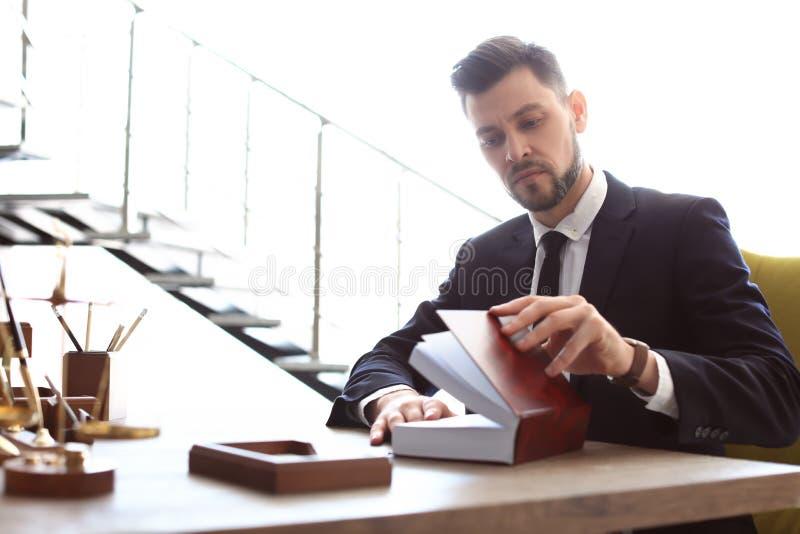 Funcionamiento masculino del abogado imágenes de archivo libres de regalías
