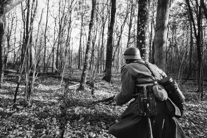 Funcionamiento ocultado II alemán de la guerra de Of The World del soldado de Wehrmacht de la infantería imagen de archivo libre de regalías