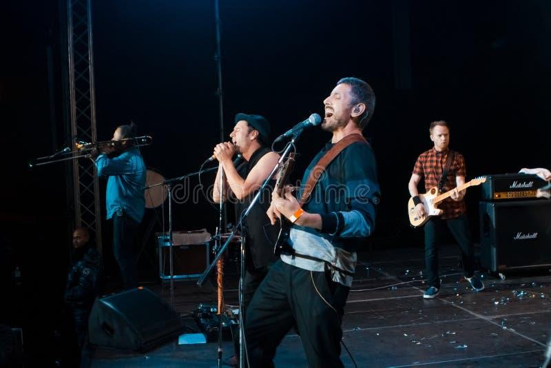Funcionamiento popular de Zdob si Zdub del grupo de rock de Moldovian en el concierto vivo en Nemyriv, Ucrania, 21 10 2017, foto  foto de archivo