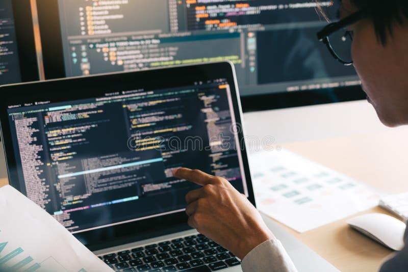 Funcionamiento programado de cooperación profesional de la página web de la reunión del programador de desarrollo un software en  fotografía de archivo libre de regalías