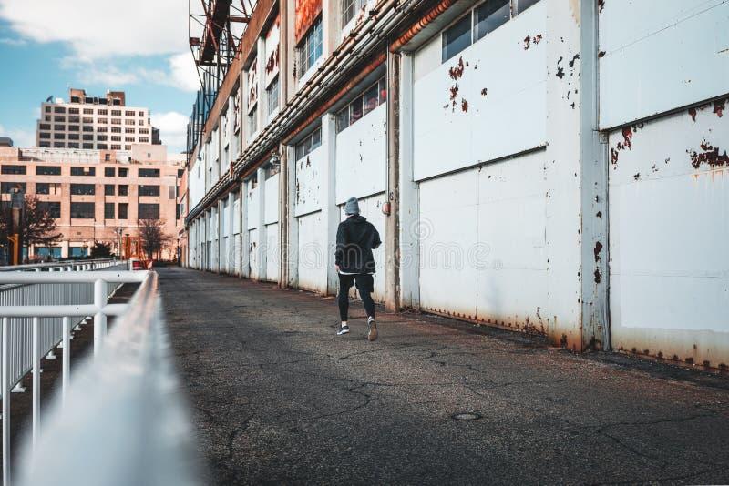 Funcionamiento rápido del deportista en muelle urbano fotografía de archivo libre de regalías