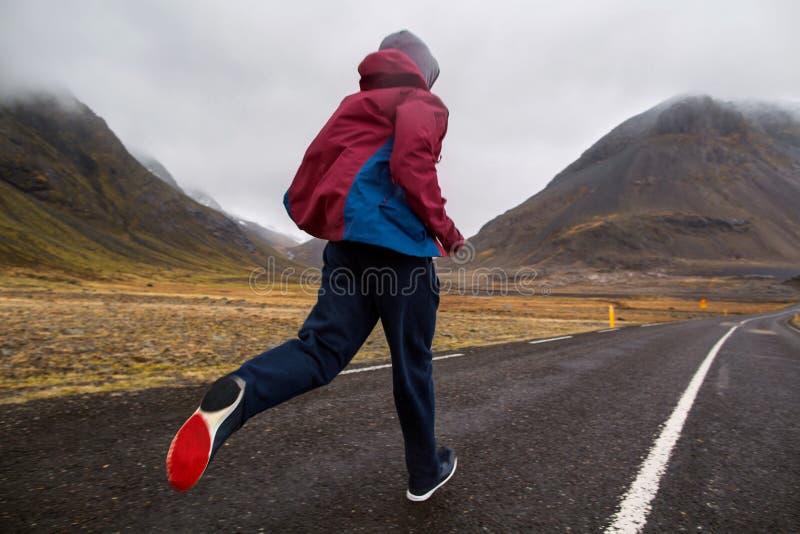 Funcionamiento turístico del individuo en las montañas de Islandia, hoto en el movimiento imagenes de archivo