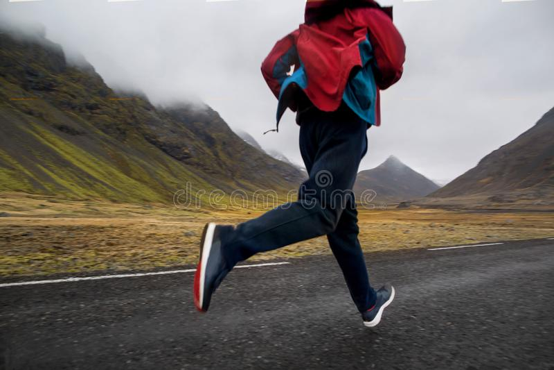 Funcionamiento turístico del individuo en las montañas de Islandia, hoto en el movimiento fotografía de archivo libre de regalías