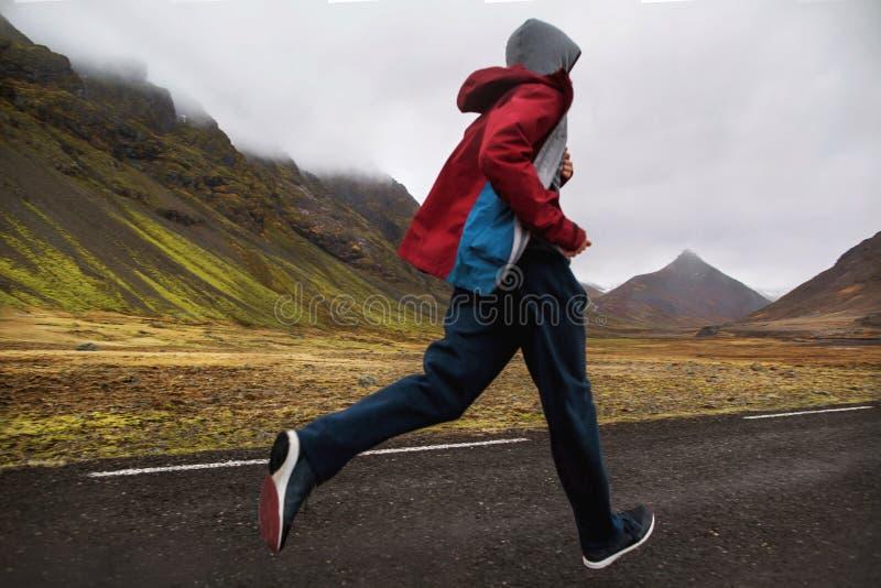 Funcionamiento turístico del individuo en las montañas de Islandia, hoto en el movimiento fotografía de archivo