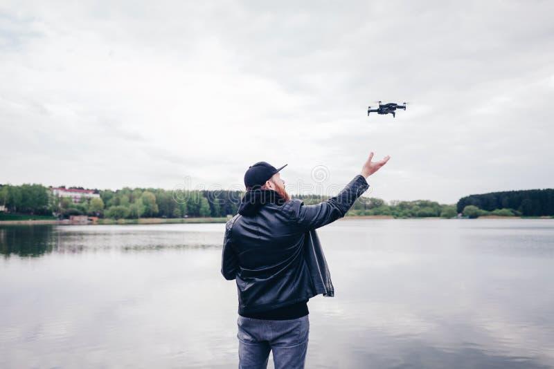 Funcionamiento/vuelo del hombre con el abejón imágenes de archivo libres de regalías