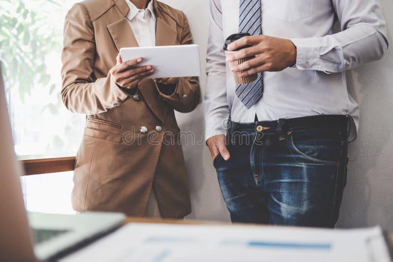 Funcionamiento y conferencia del colega del equipo del negocio con nuevos plan del proyecto de inicio e informaci?n de la discusi imagenes de archivo