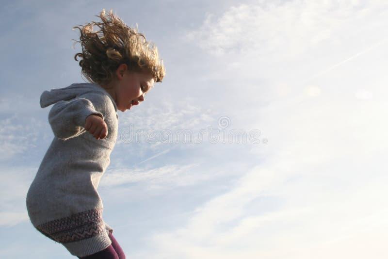Funcionamiento y salto de la muchacha imagen de archivo libre de regalías