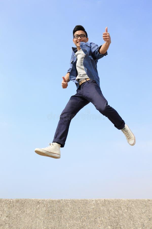 Funcionamiento y salto felices del hombre imágenes de archivo libres de regalías