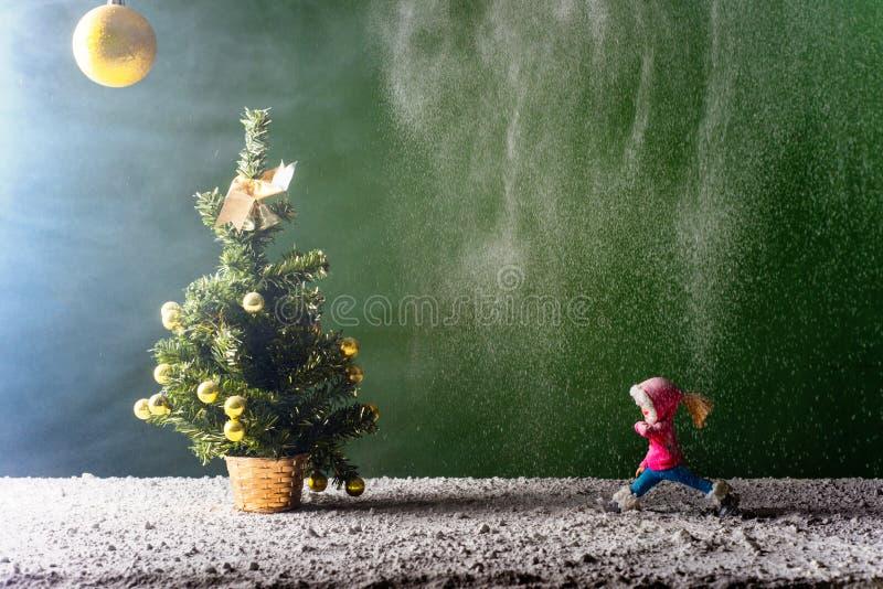 Funcionamientos de la muchacha al árbol del Año Nuevo fotografía de archivo libre de regalías