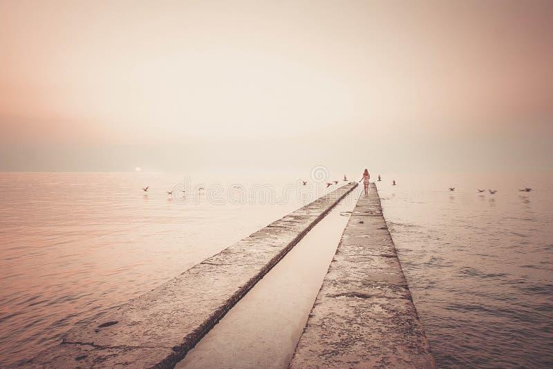 Funcionamientos de la muchacha al mar fotografía de archivo