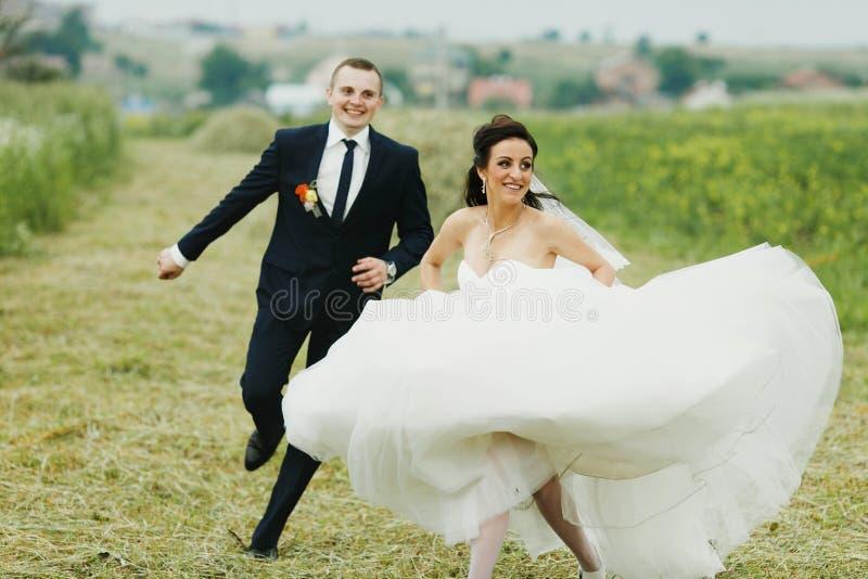 Funcionamientos de la novia lejos del novio en el campo imagen de archivo libre de regalías
