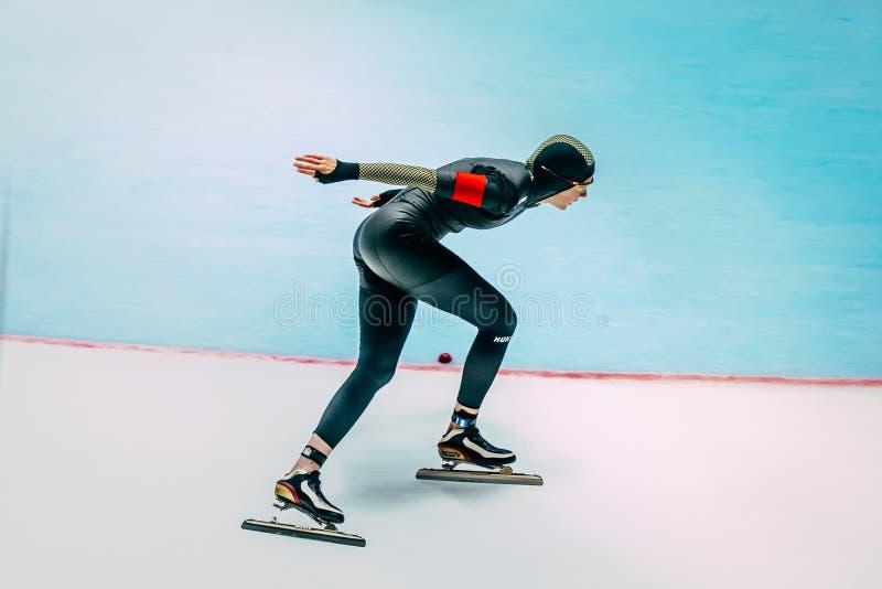 Funcionamientos de la pista de los patinadores de la velocidad del atleta de sexo femenino imagen de archivo libre de regalías