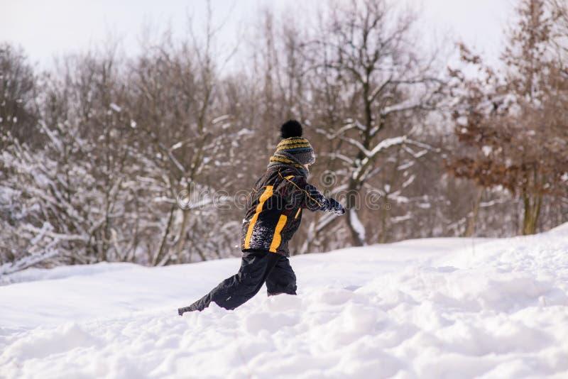 Funcionamientos del niño pequeño a través de la nieve fotos de archivo libres de regalías