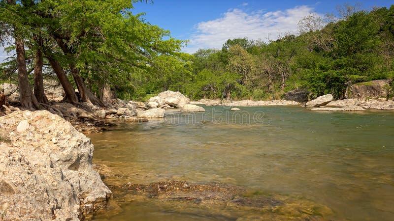 Funcionamientos del río de Pedernales a través del parque de estado de Pedernales, Tejas imágenes de archivo libres de regalías