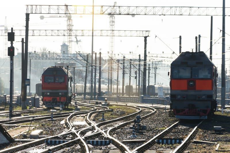 Funcionamientos del tren en la estación de las vías, durante un día hermoso del sol imagenes de archivo