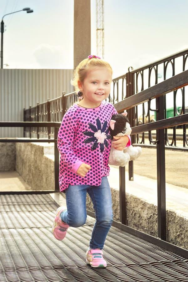 Funcionamientos felices de la niña hacia fotografía de archivo libre de regalías