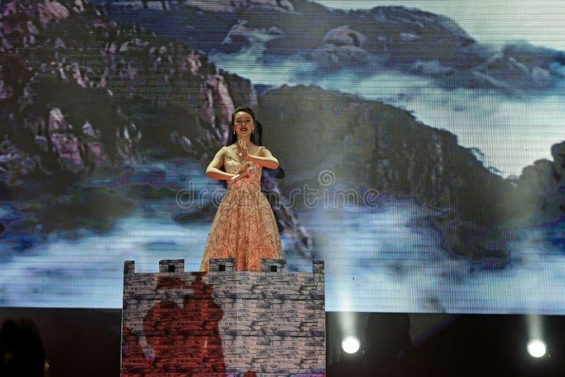 Funcionamientos flourishing de la China-canción y de la danza foto de archivo libre de regalías