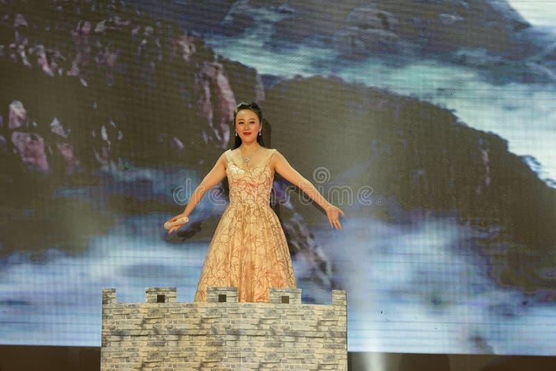 Funcionamientos flourishing de la China-canción y de la danza fotos de archivo libres de regalías