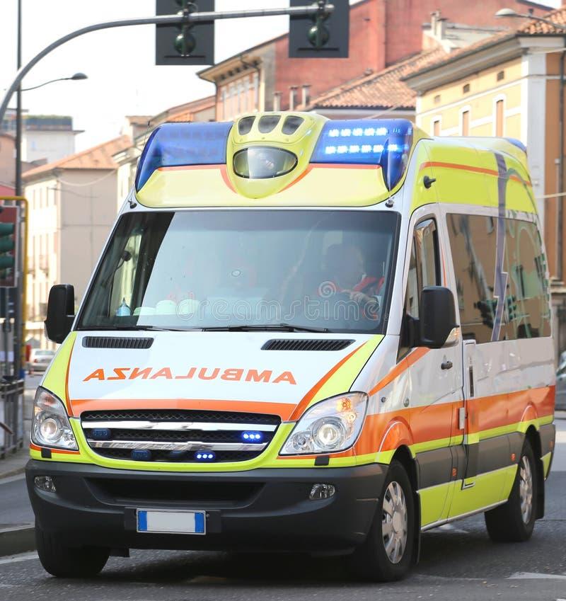 Funcionamientos italianos de la ambulancia durante una emergencia médica fotos de archivo libres de regalías