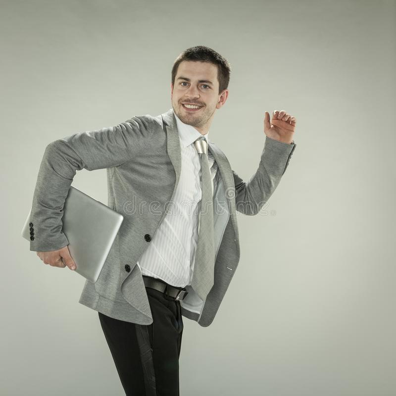 Funcionamientos sonrientes del hombre de negocios fotos de archivo