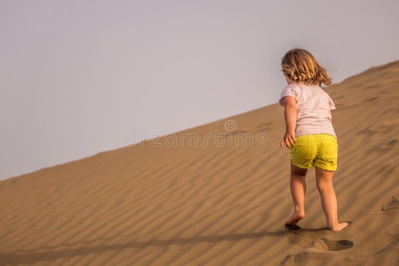 Funcionar con para arriba las dunas de arena fotografía de archivo libre de regalías