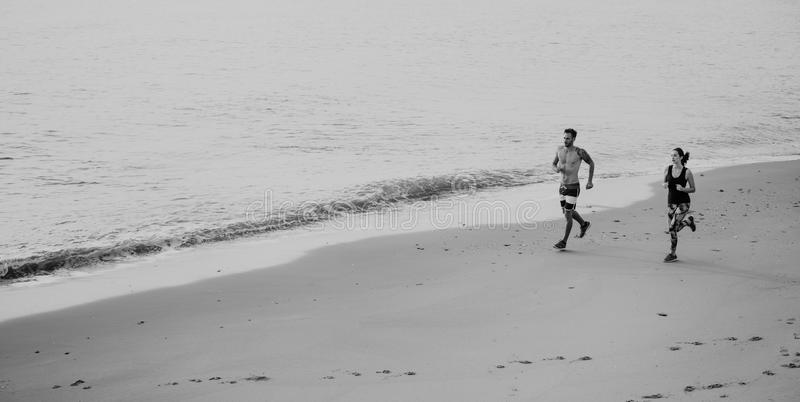Funcione con el concepto de la naturaleza de Sprint de la costa del deporte de la playa del ejercicio foto de archivo