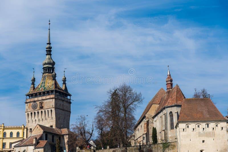 Functionele middeleeuwse klok op de toren met het bewegen van hand gesneden houten poppen stock afbeeldingen