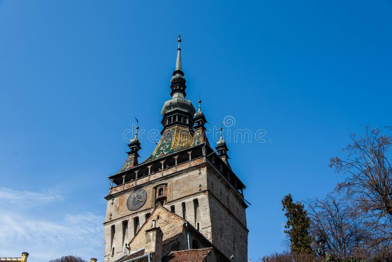 Functionele middeleeuwse klok op de toren met het bewegen van hand gesneden houten poppen stock foto