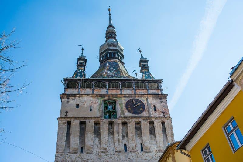 Functionele middeleeuwse klok op de toren met het bewegen van hand gesneden houten poppen royalty-vrije stock foto