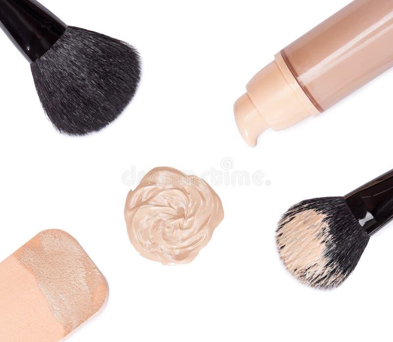 Fundação com escovas da composição e a esponja cosmética imagens de stock