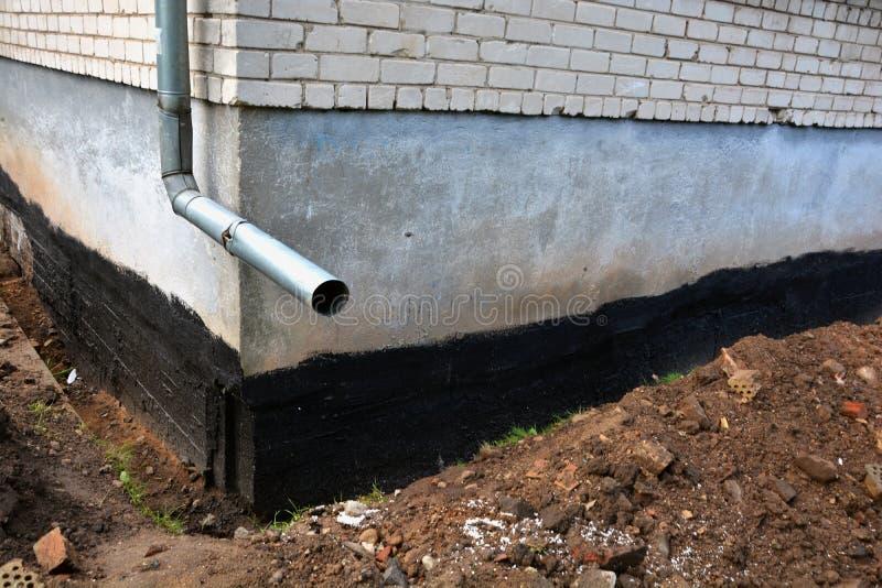 Fundação lisa Waterproofing da casa da cidade com betume fotografia de stock royalty free