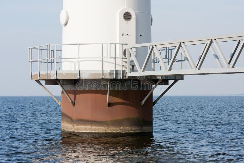 Fundación de un molino de viento que se coloca en el mar foto de archivo libre de regalías