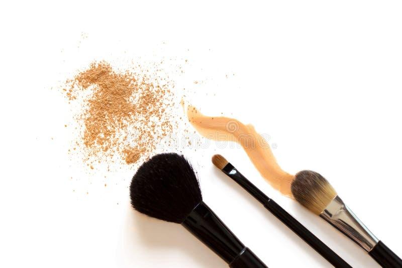 Fundación y cepillos del maquillaje imagen de archivo