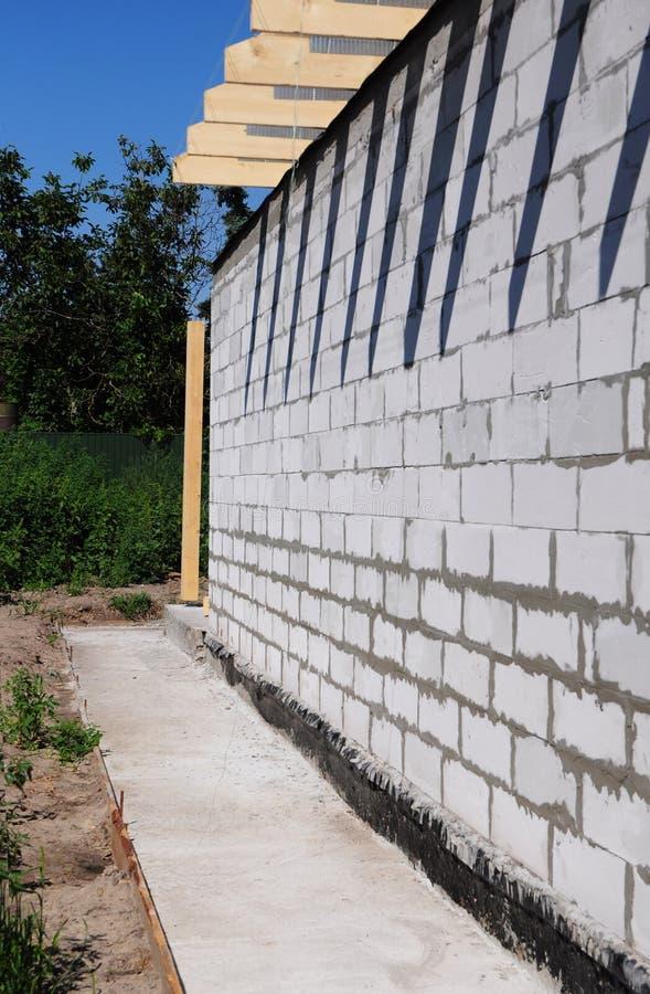 Fundaci?n que impermeabiliza, barrera del vapor Construcción de impermeabilización de la fundación con la trayectoria concreta fotografía de archivo