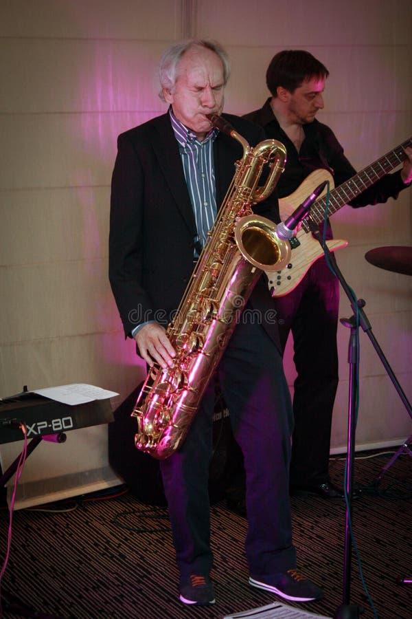 Fundador de profesor Scheer de la empresa de informática de la identificación Scheer que toca el saxofón imagen de archivo