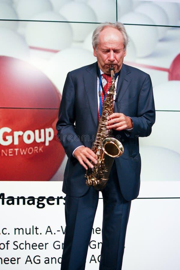 Fundador de profesor Scheer de la empresa de informática de la identificación Scheer que toca el saxofón fotos de archivo libres de regalías