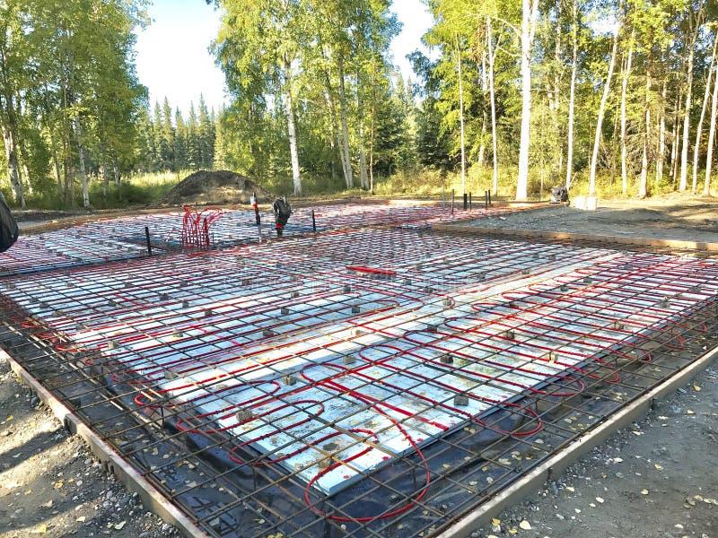 Fundament med strålningsvärme som är klar för betong royaltyfria bilder