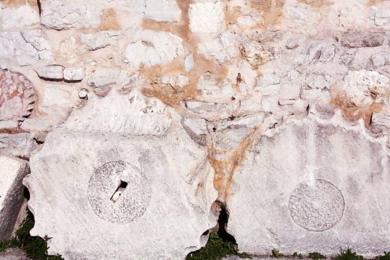Fundament mit römischer Spalte der Kirche von St. Donat lizenzfreie stockfotografie