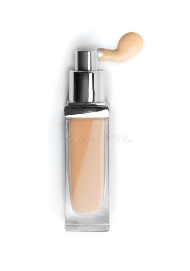 Fundamentframsidamakeup Kosmetisk vätskefundament- eller bbkräm i flaska Beigea fläcksuddslaglängder fotografering för bildbyråer