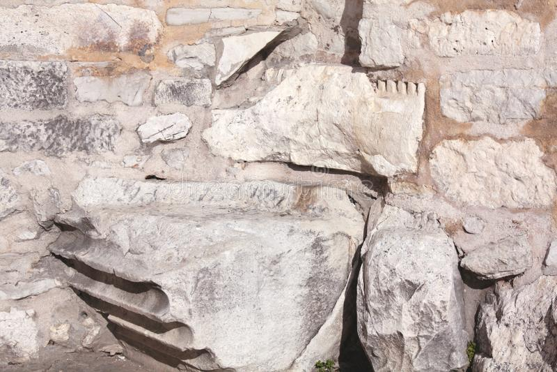 Fundamento con la columna romana de la iglesia de St Donato fotografía de archivo