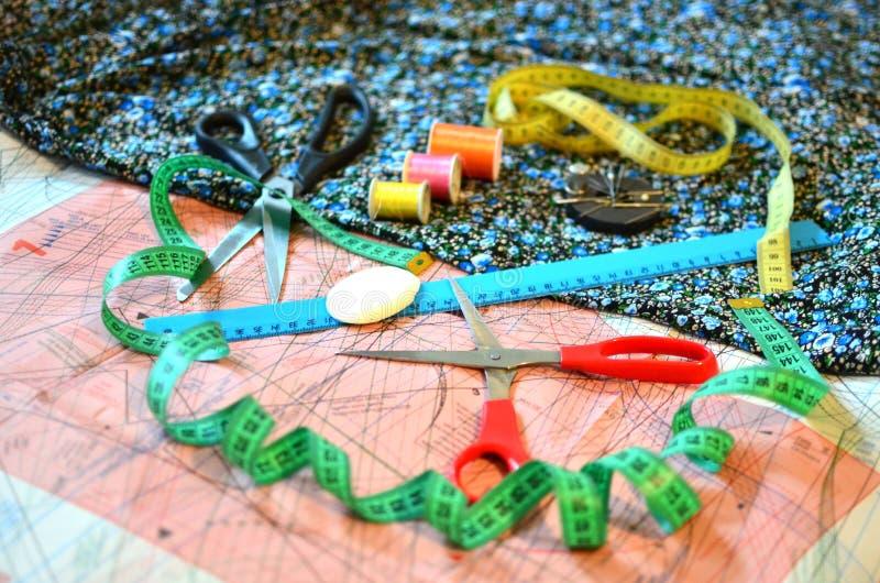Fundamentos da matéria têxtil de medição e de corte ou do pano fino imagens de stock