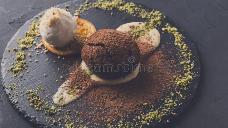Fundente do chocolate com anglaise da nata e gelado de baunilha imagem de stock royalty free