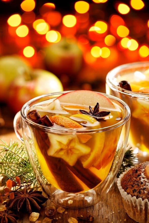 Funderad äppeljuice med tillägget av kanel-, kryddnejlika-, citrus- och anisstjärnor arkivfoton