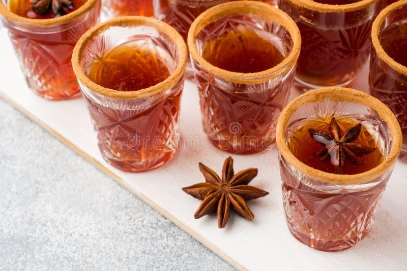 Funderad vinäppeljuice i små buntar med kanel och anis Begreppet av coctailstången royaltyfri foto