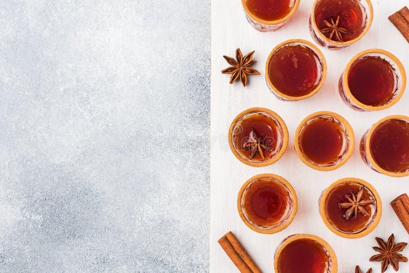 Funderad vinäppeljuice i små buntar med kanel och anis Begreppet av coctailstången Kopieringsutrymme för bästa sikt royaltyfria foton