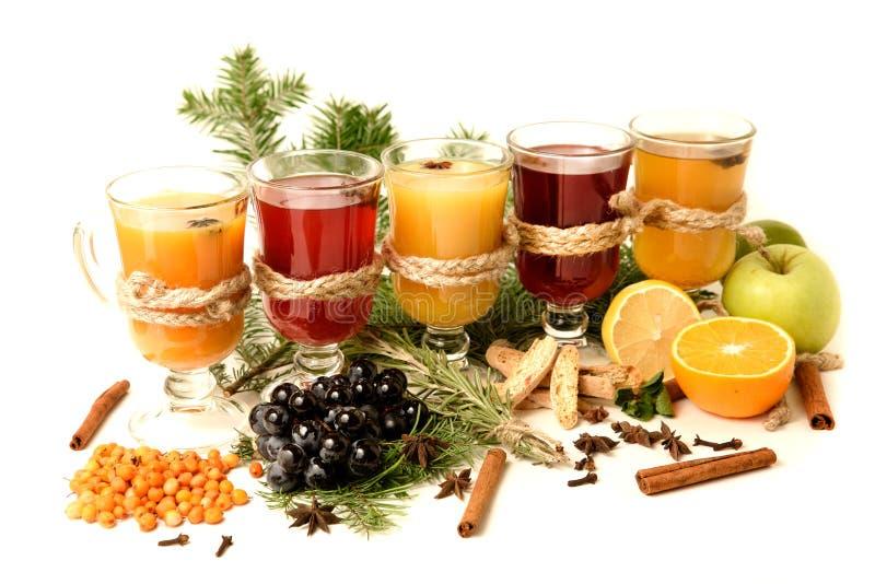 Funderade viningredienser på ljus bakgrund Varm röd stansmaskin med frukt och kryddor Julmatdrinkar arkivbilder