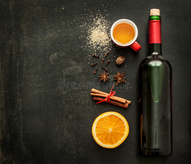 Funderade vinreceptingredienser på den svart tavlan - övervintra värmedrinken royaltyfria foton