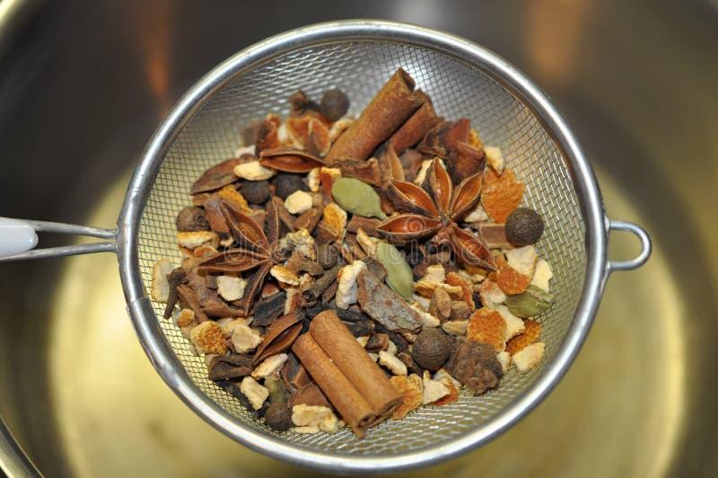 Funderande kryddor i durkslag royaltyfri bild